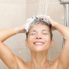 Мыть волосы лучше по утрам