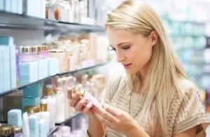 Девушка в парфюмерном магазине