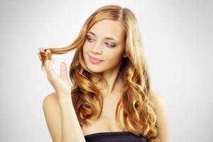 Девушка с мелированными волосами