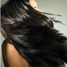 Женщина с длинными черными волосами