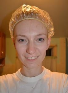 Девушка наносит маску на волосы