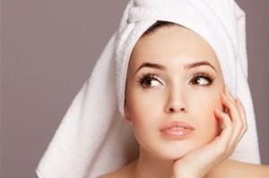Женщина с полотенцем на голове