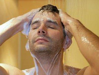 Парень моется фото