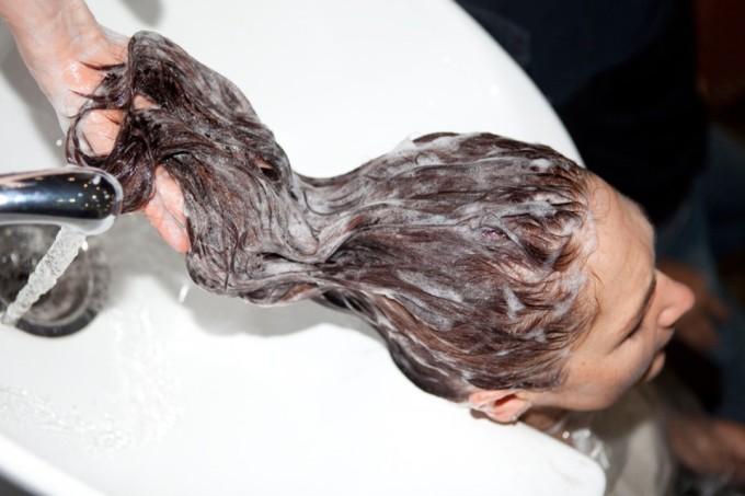 Мытье головы в парикмахерской