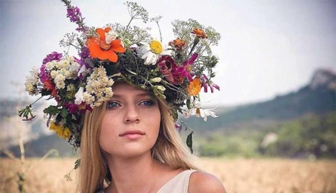 Девушка с венком из трав на голове