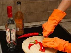Женщина нарезает перец