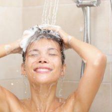 Девушка моет волосы под душем