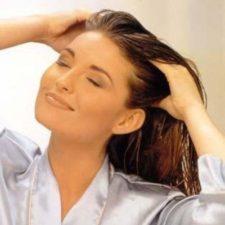 Женщина прибирает волосы