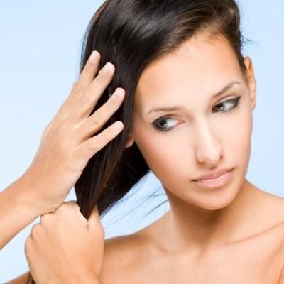 Женщина ухаживает за волосами