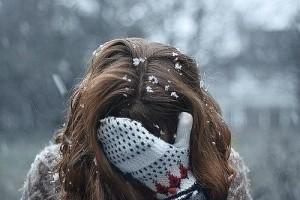 Женщина на улице без шапки