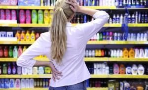 Женщина выбирает шампунь