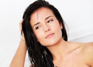 Женщина с мокрыми волосами